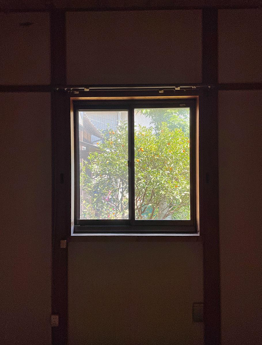 和室の窓から