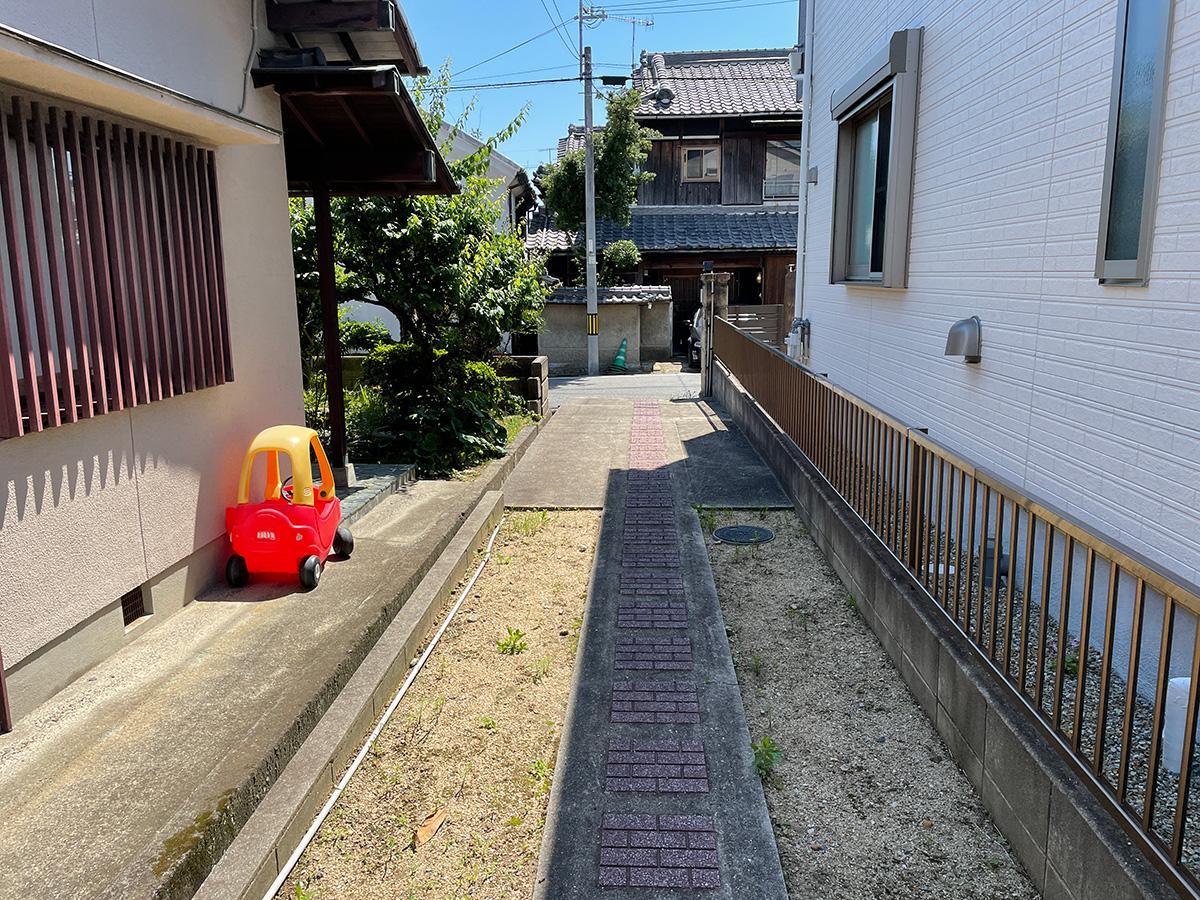 門扉から旧街道(ここが駐車スペースになります)