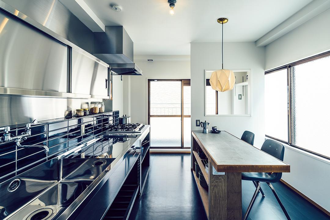業務用キッチンと、モルタルのダイニングカウンター