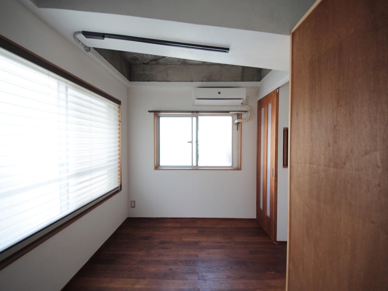 洋室 無垢フローリングと珪藻土壁の空間