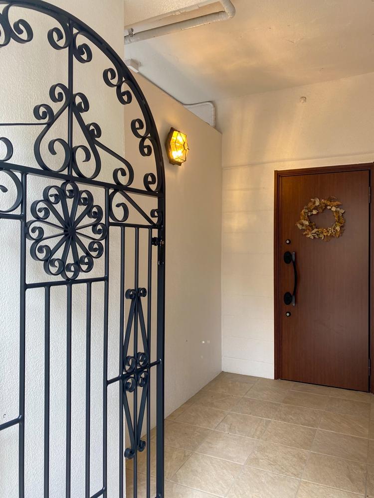 アイアンの門扉を抜けて玄関ポーチへ