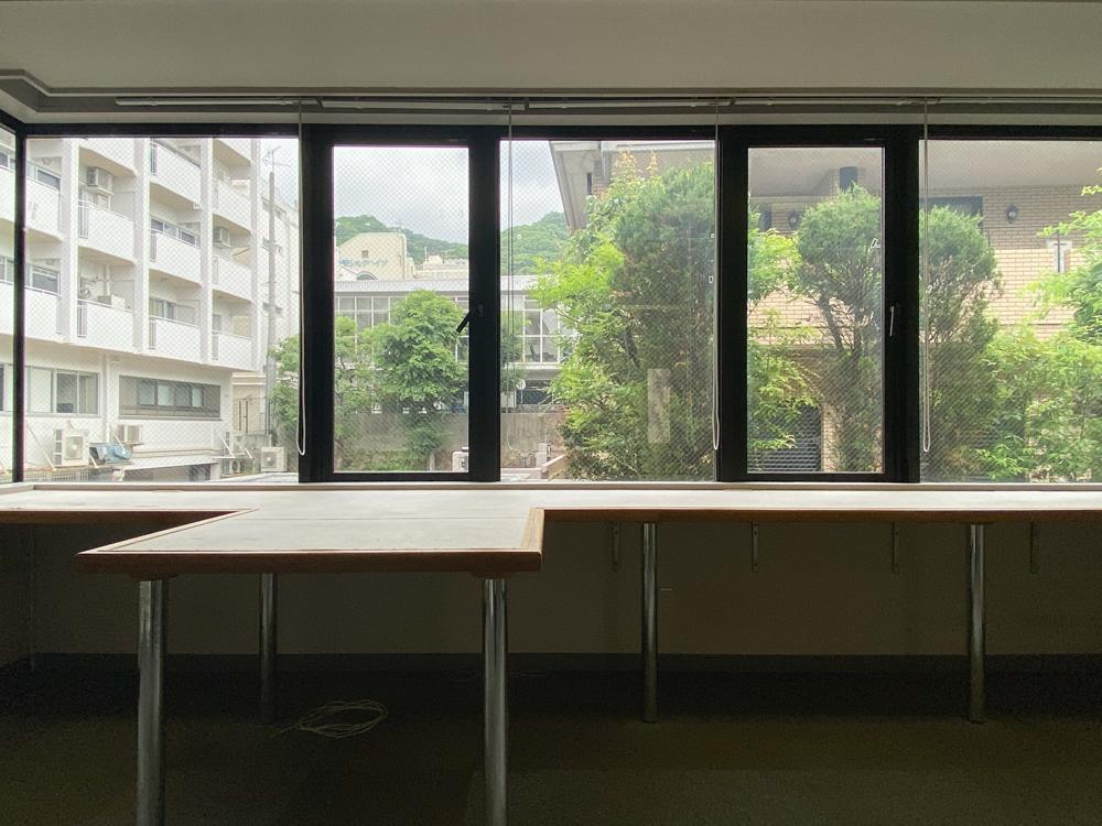水平連続窓から植栽や山を望める205号室