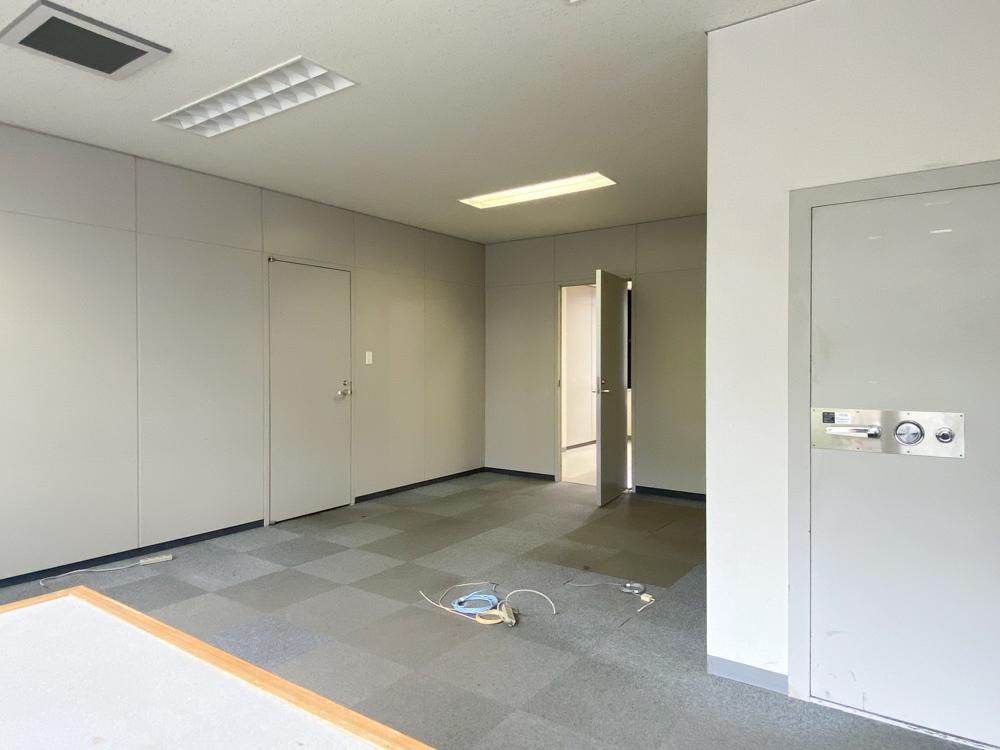 金庫の後ろのパーテーションは外すことも可能(205号室)