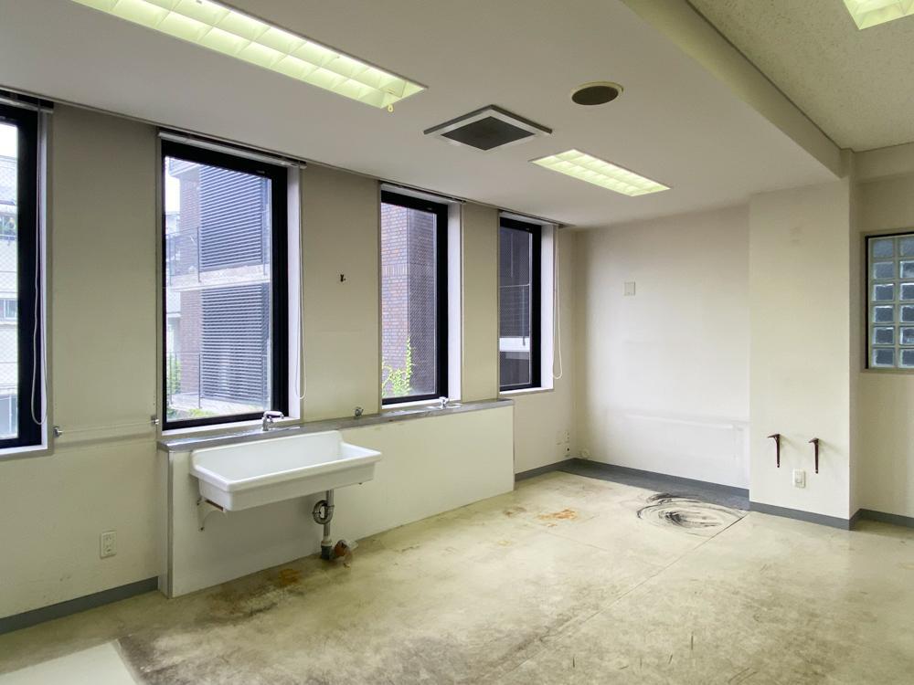パーテーションを取っ払って、ワンルーム+金庫という部屋にもできます(205号室)