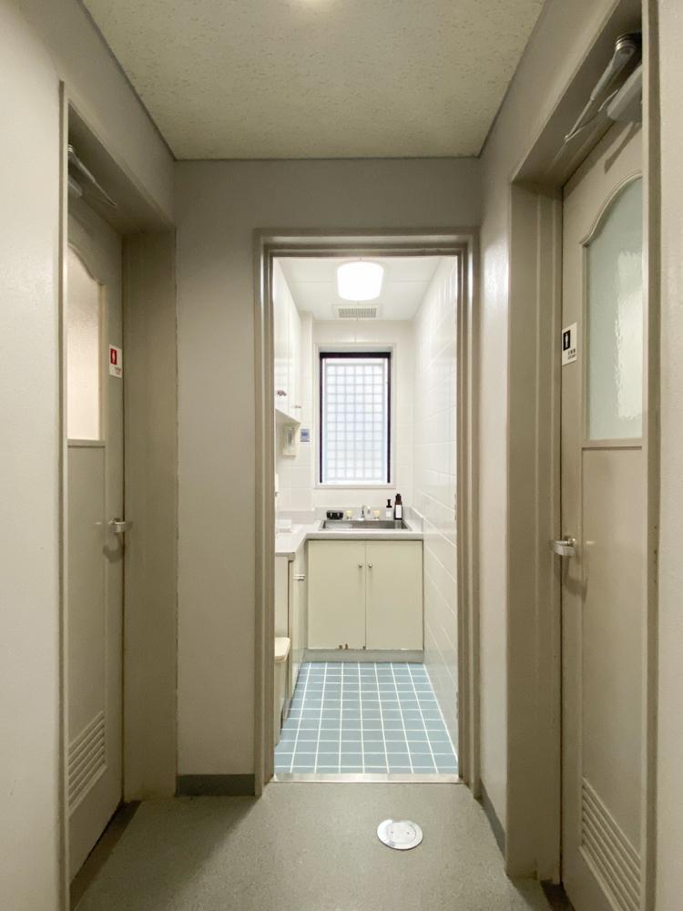 共用の流し台とトイレが1階に