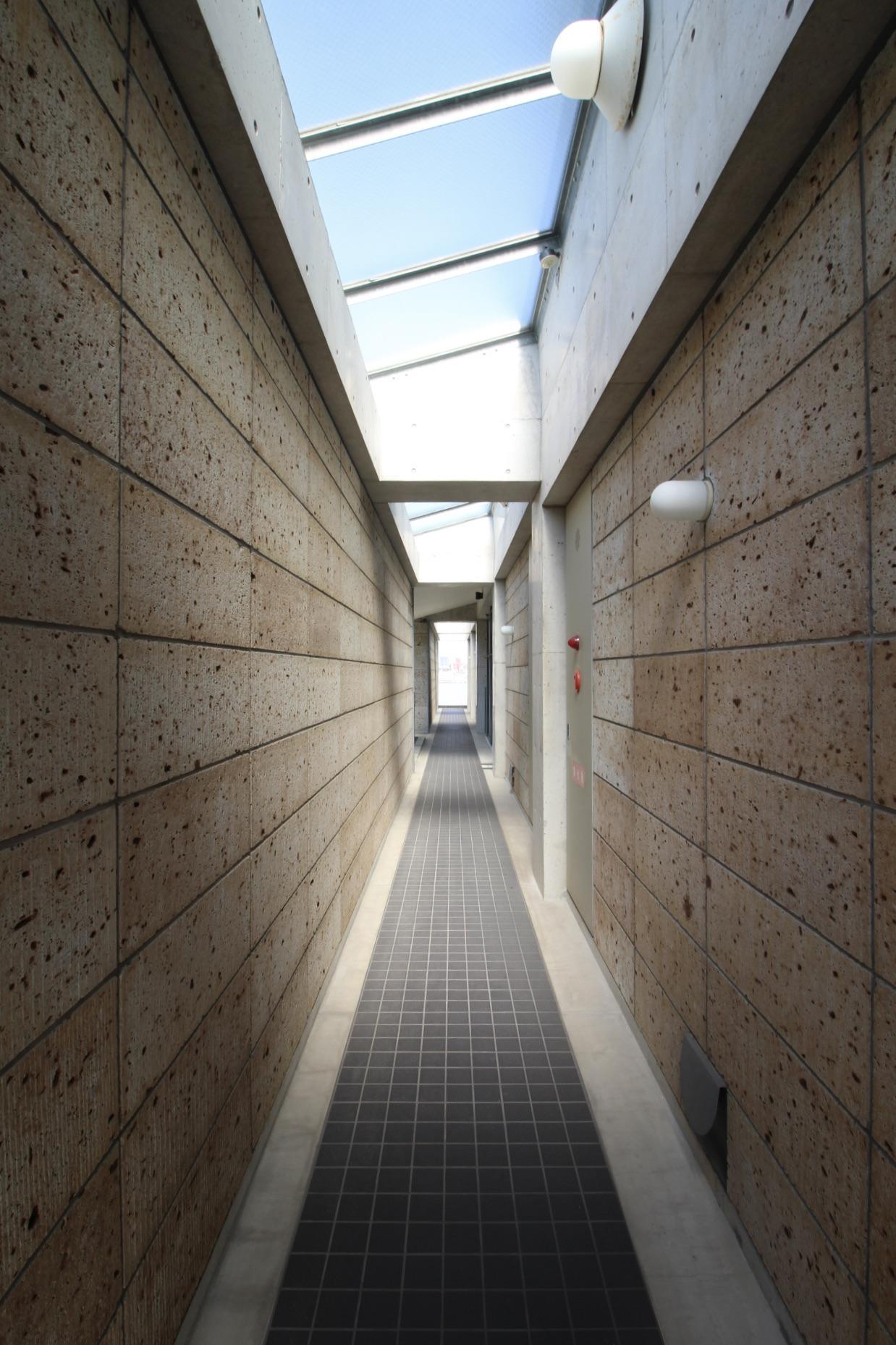 共用廊下も大谷石の石積み
