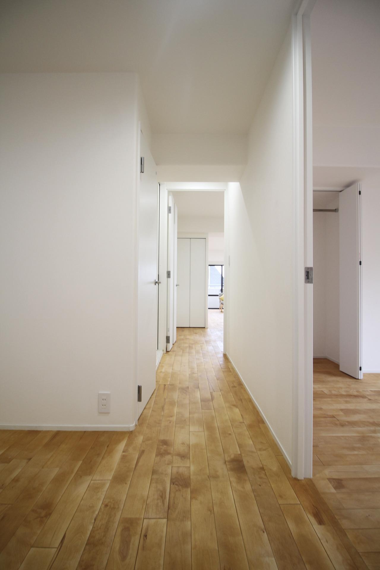 各部屋全て無垢床でフラットに繋がる