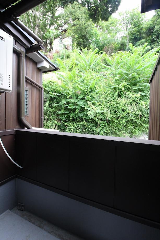 山の緑を望むバルコニー(201号室)