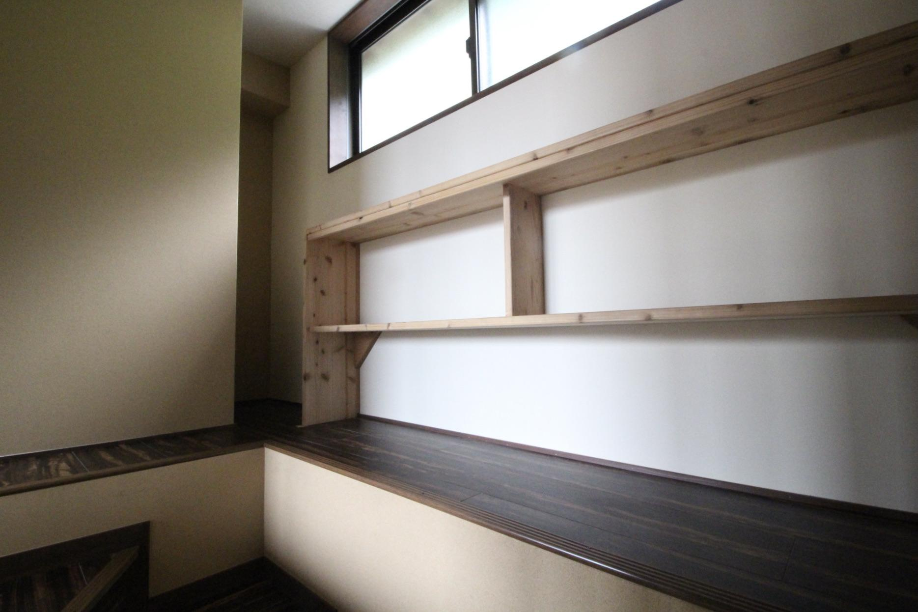 階段を登ったところにある棚(201号室)