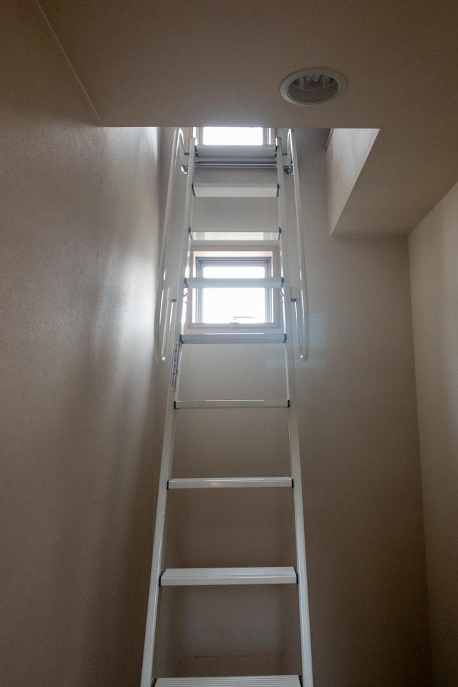 2階からさらに上へのはしごが