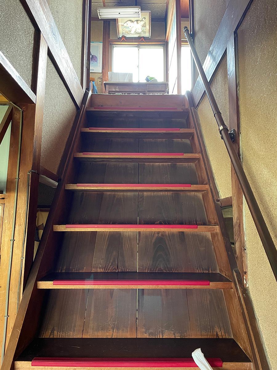 昔ながらの急な階段