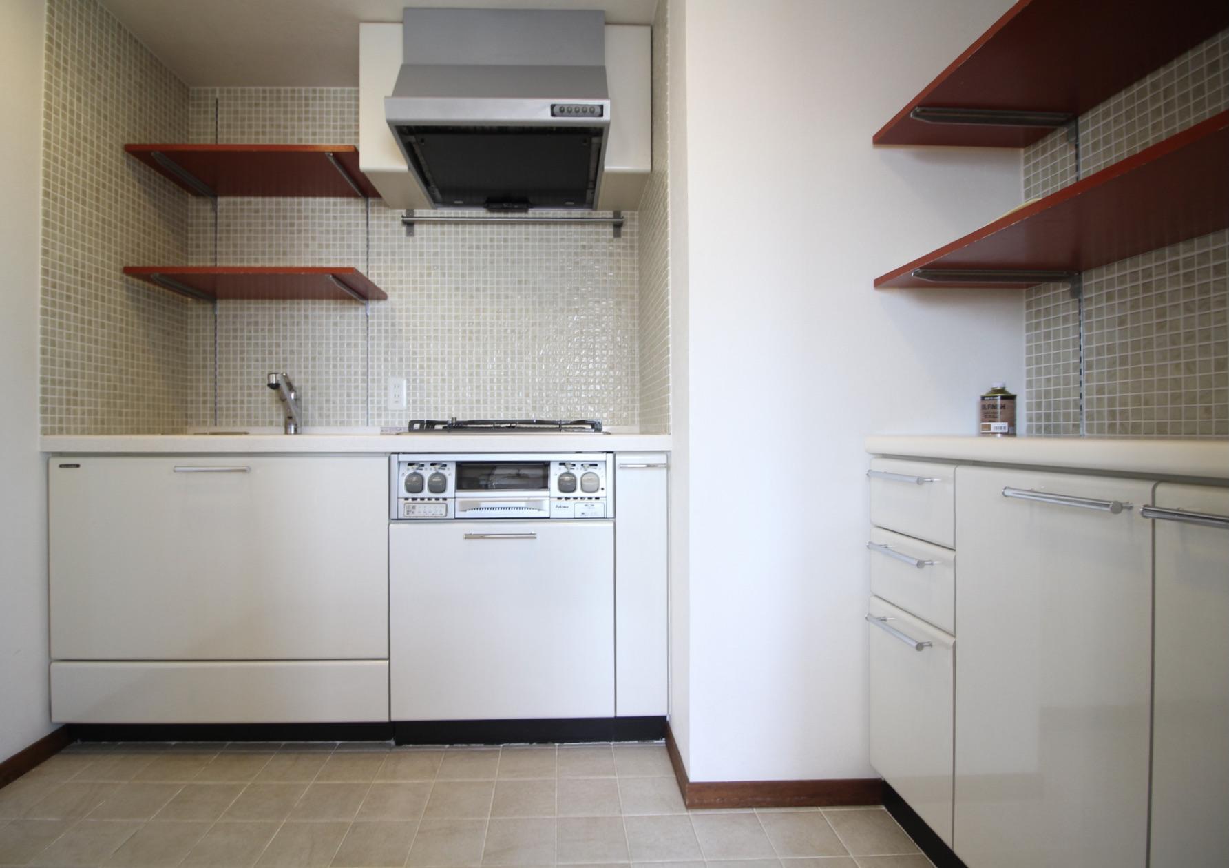 空間に違和感なく馴染む白いキッチン