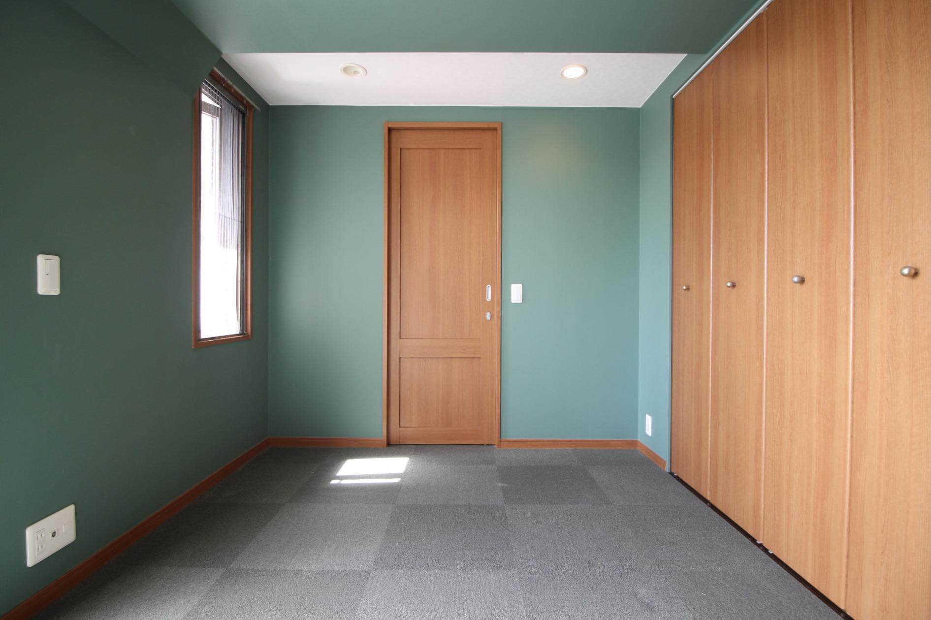 鮮やかなアクセントカラーの洋室