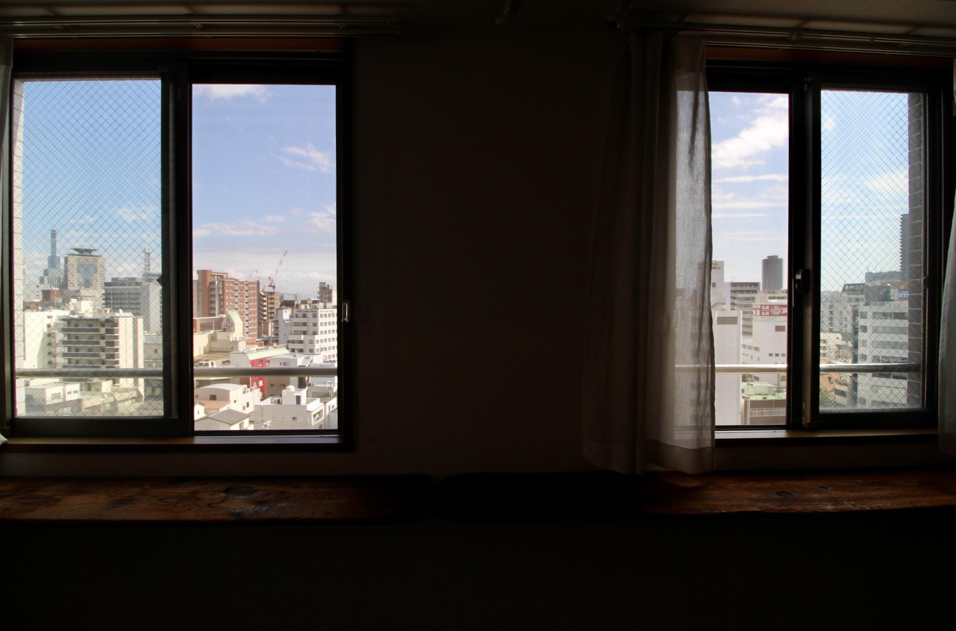 ポートタワーまで望む眺めのいい窓辺