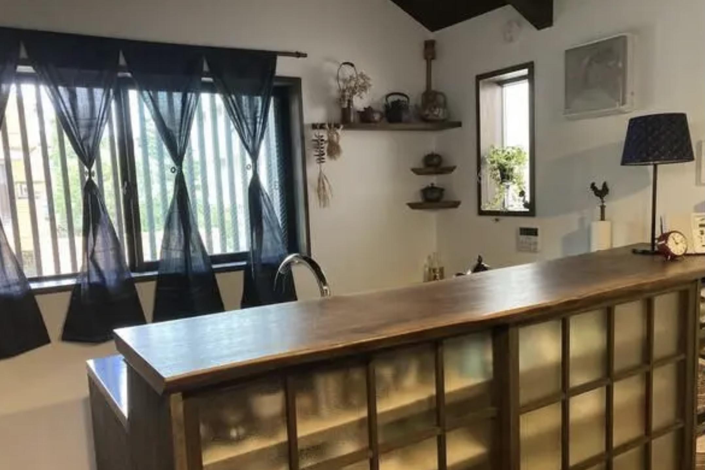 飾り棚や食器棚の充実したキッチン