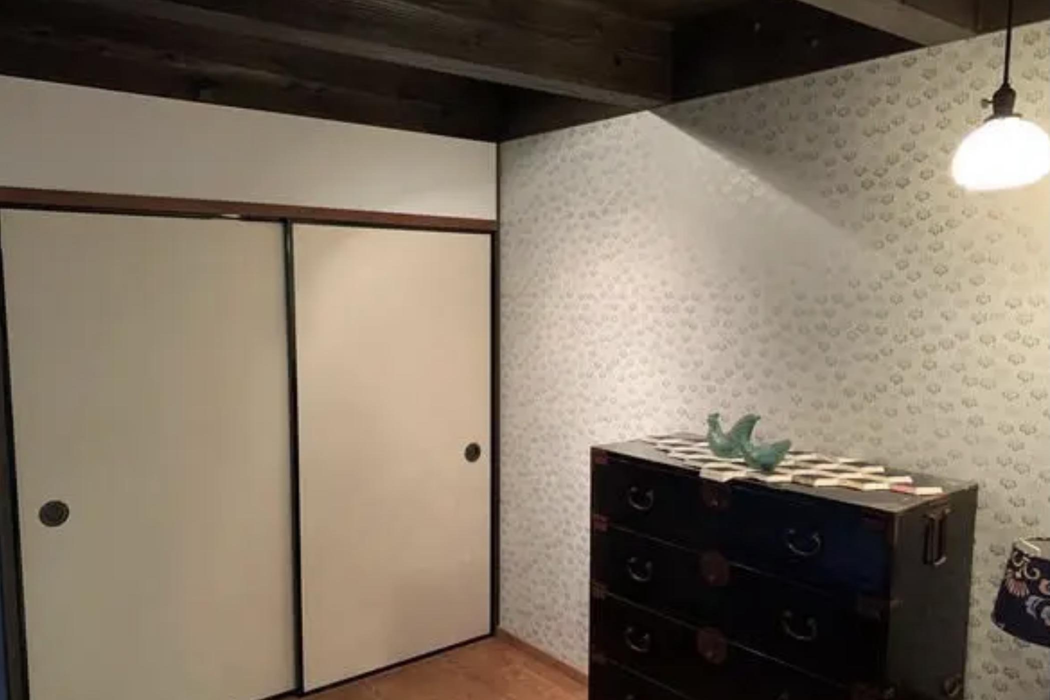 1階の居室。ふすまの向こうにはなんと水回りが。