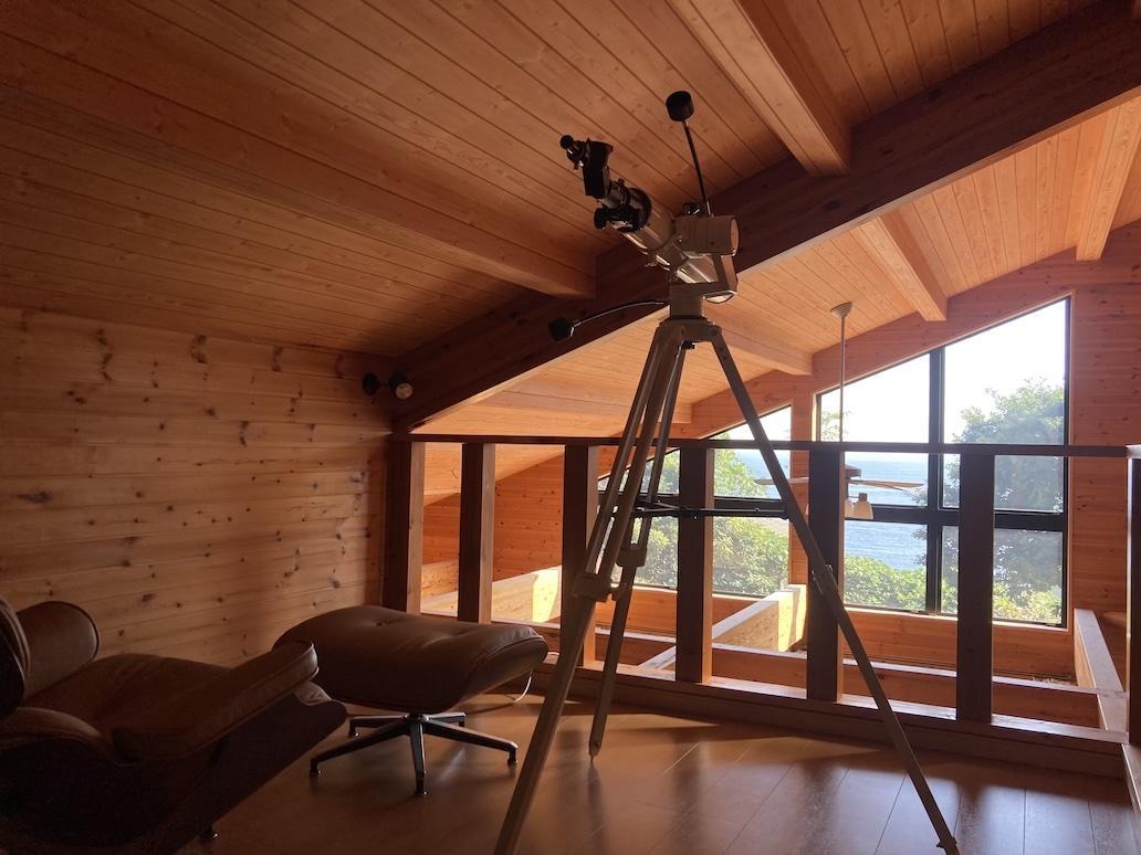 隠れ家のような勾配天井の2階からもソファに寛ぎながら水平線を