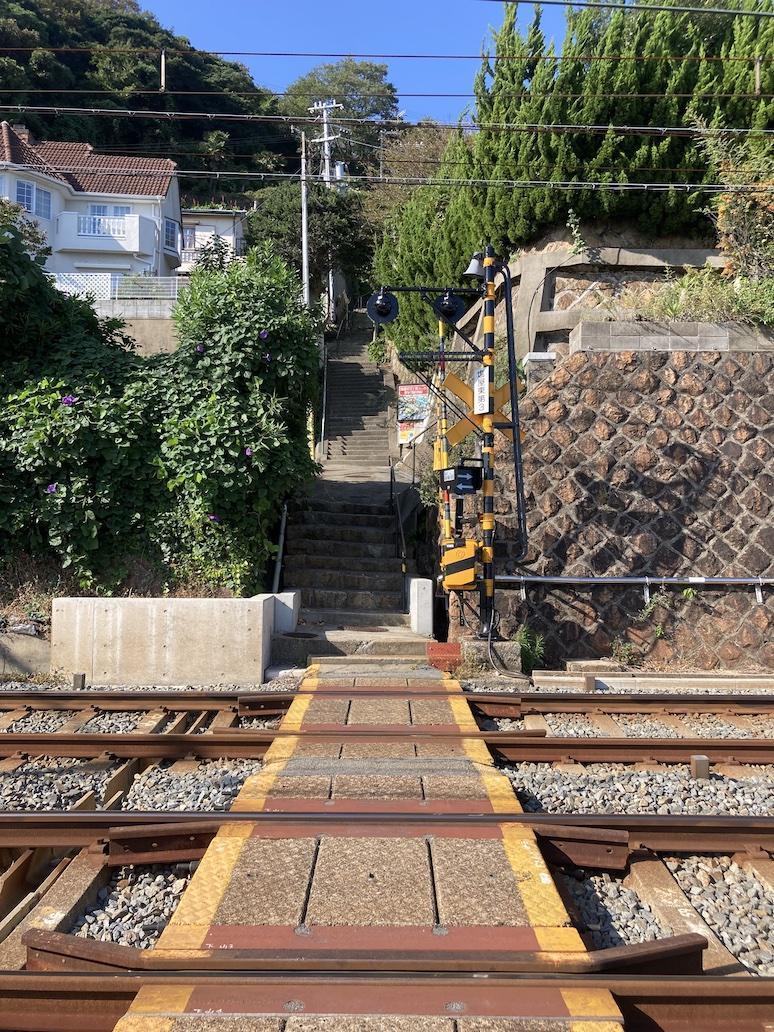 線路を渡ってこの急階段を登った先に物件があります