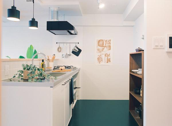 白でまとめたシンプルな造作キッチン。