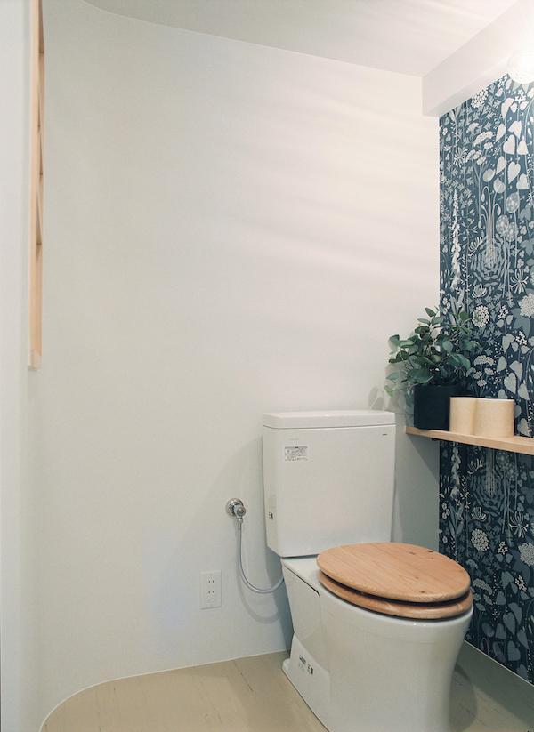 輸入クロスと木製便器でかわいらしく仕上げたトイレ