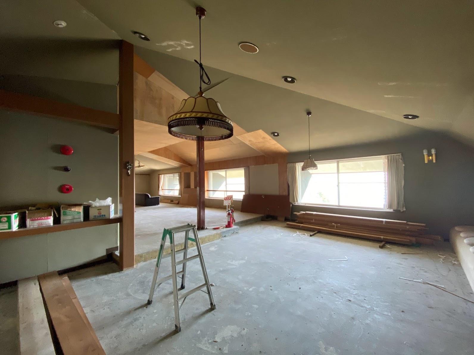 最上階 天井仕上げ材は剥がされ、天井下地のみとなっています