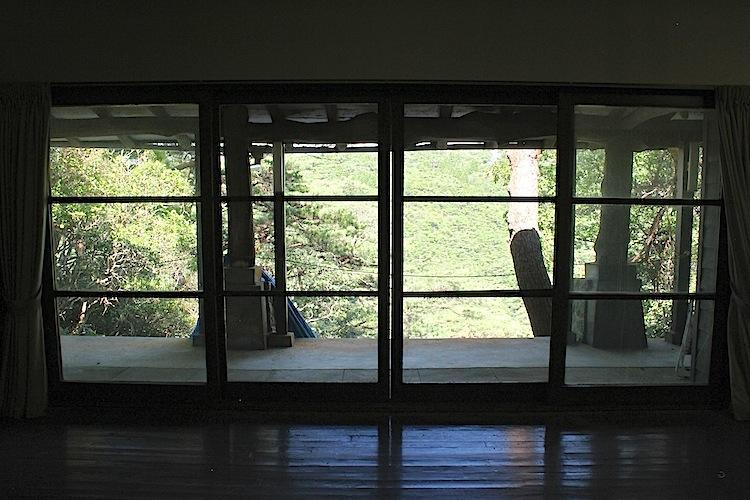 窓ガラスに森の借景