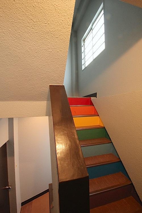 カラフル階段は旧英会話教室のなごり