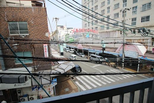 3階窓から商店街の借景。町に溶け込む