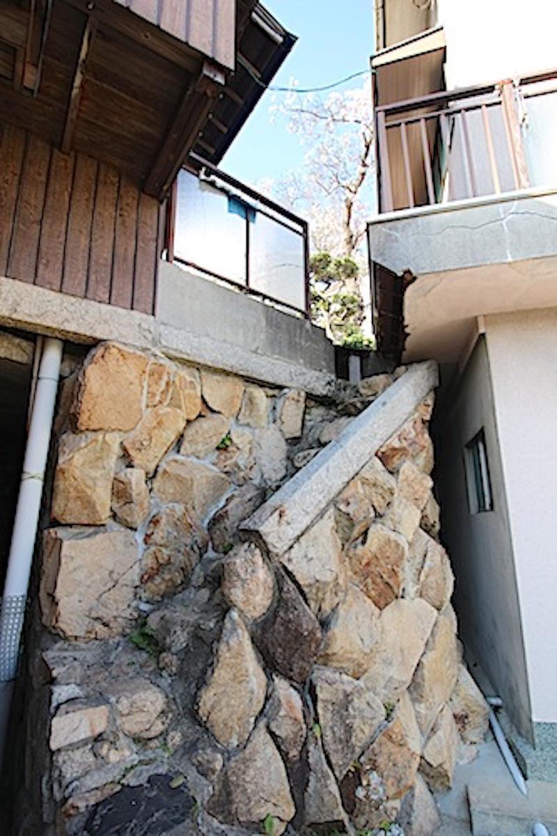 母屋と附属建物2。石段の奥に隣地の桜が望める。