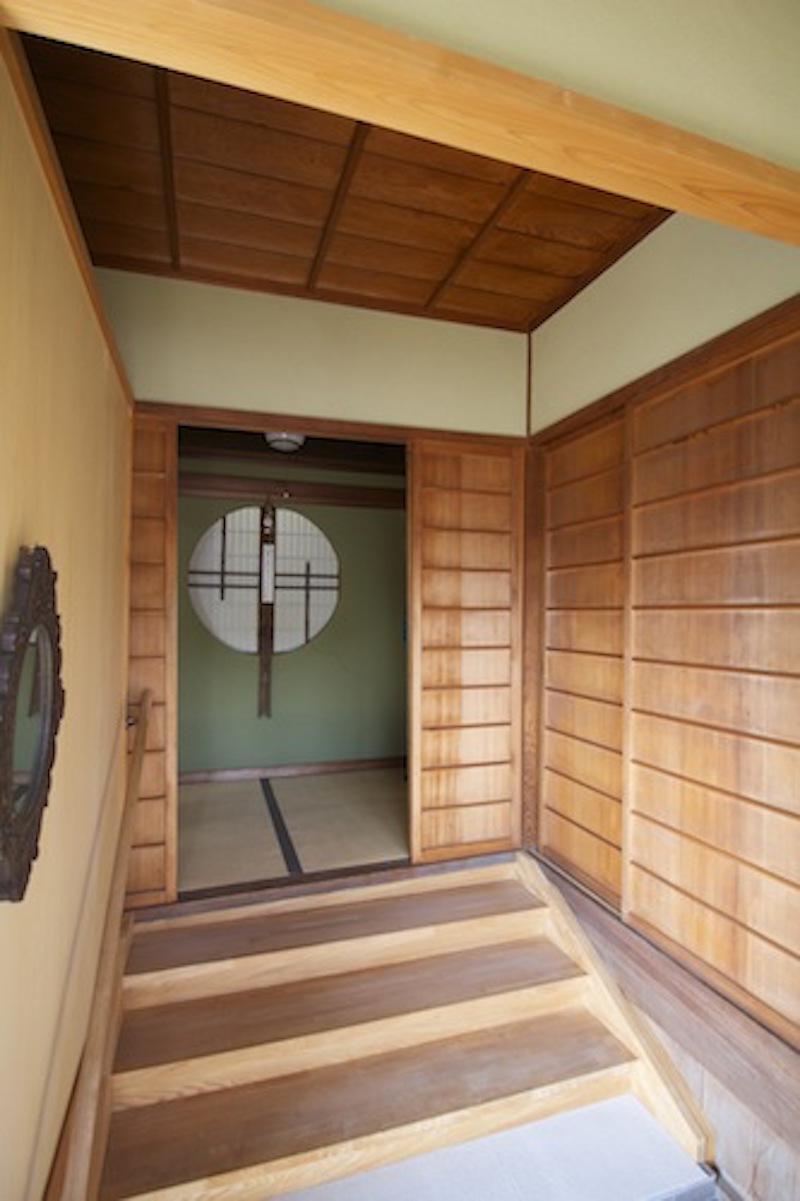 昭和17年生まれの母屋。本格的な木造と溜め息ものの眺望が広がる。