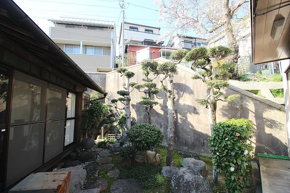 母屋と附属建物2の間に隣地の桜を望む中庭