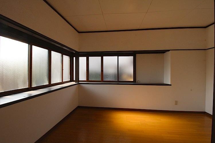 南西洋室。レトロガラスの木窓