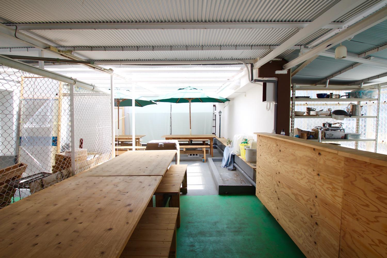 屋上にあるキッチン付きテラス席
