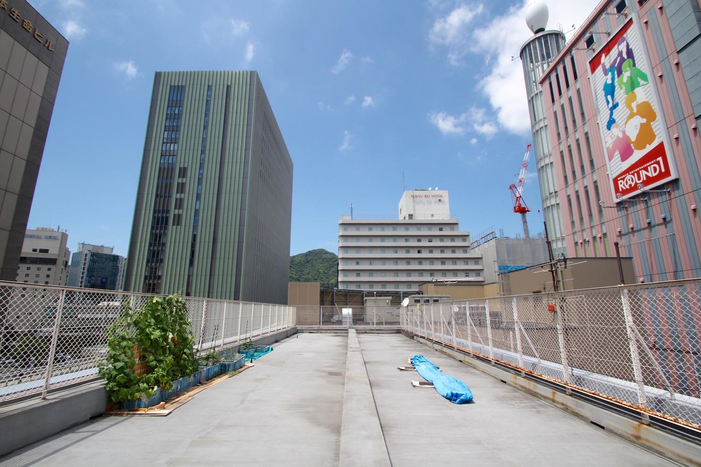 見覚えのある高層ビルに囲まれる屋上