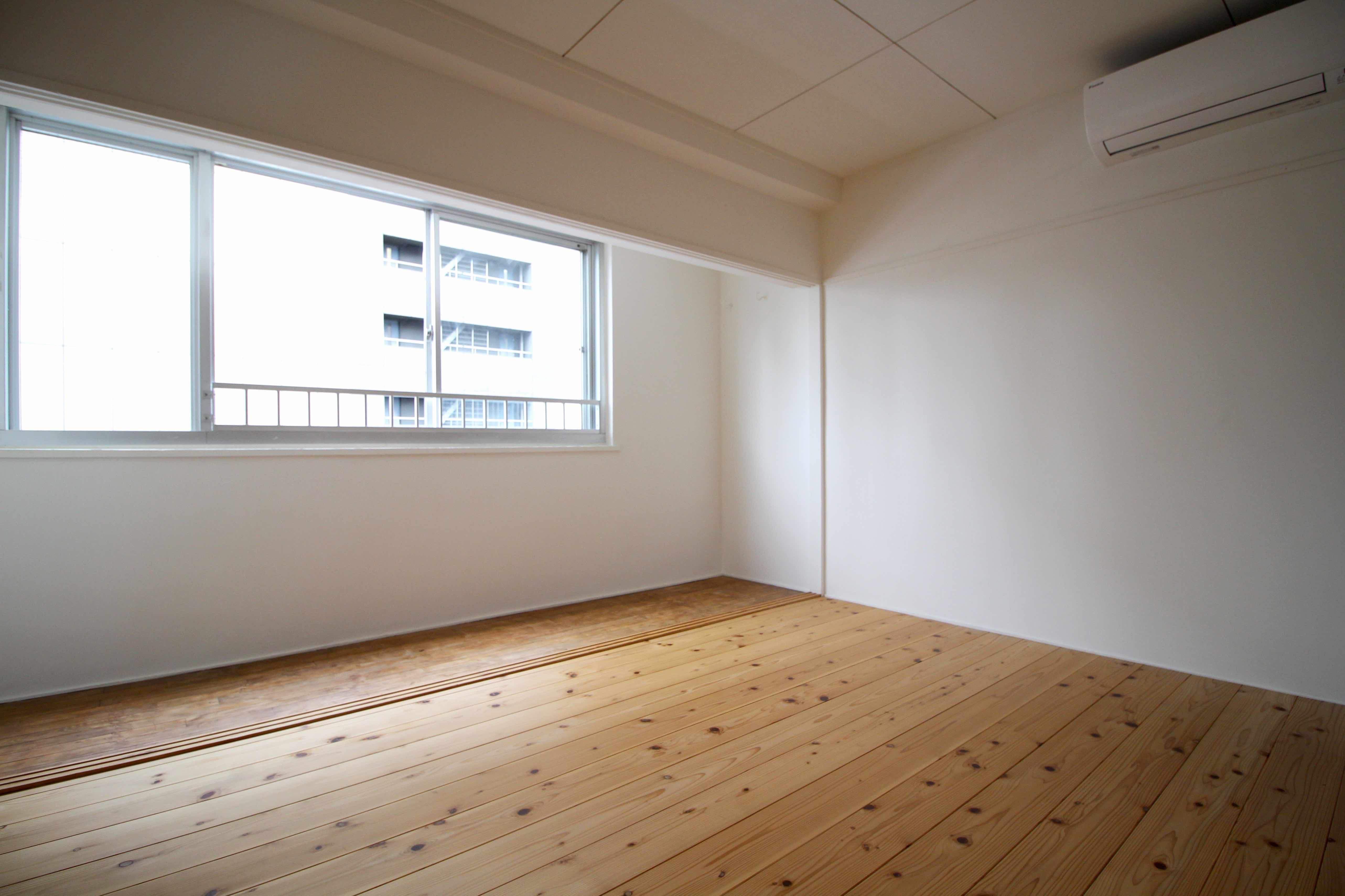 素足で過ごしたくなる杉の無垢床の洋室