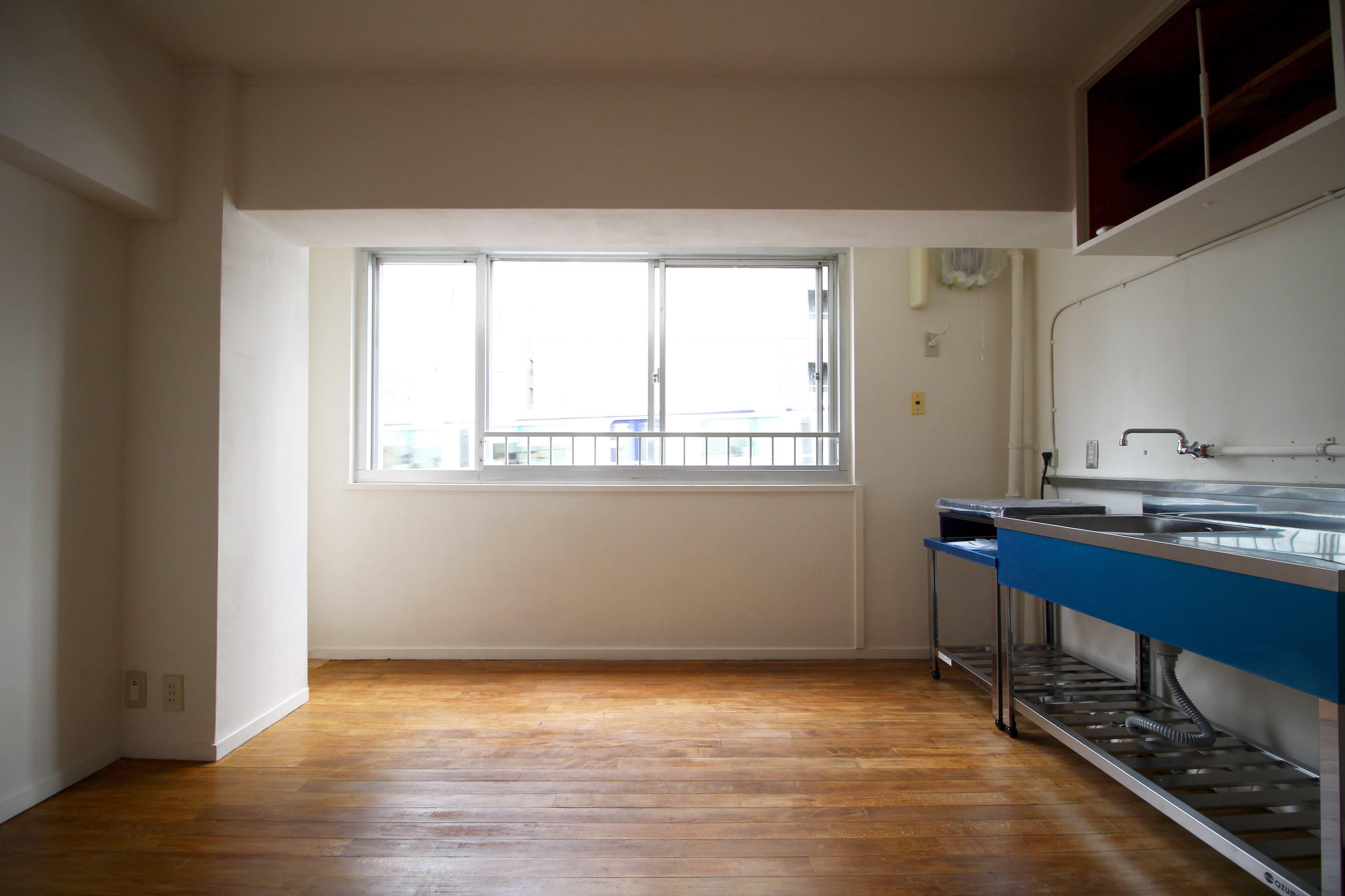 建築当時のブナ材の床にステンレスキッチンのLDK(青いのは新品時の保護シートです)