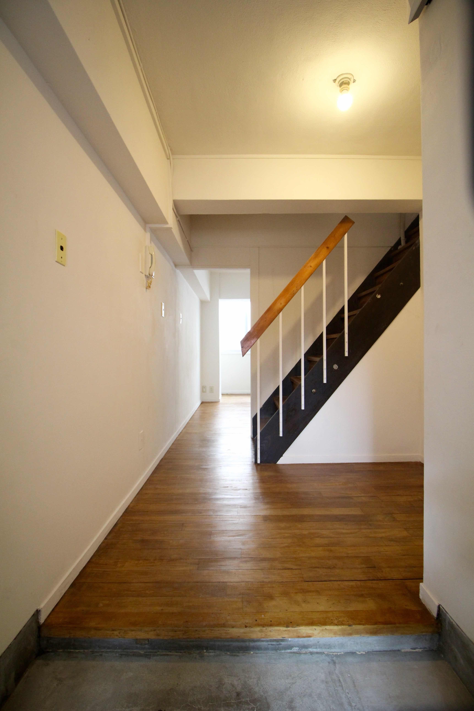 玄関床はムキ出し、味のある階段