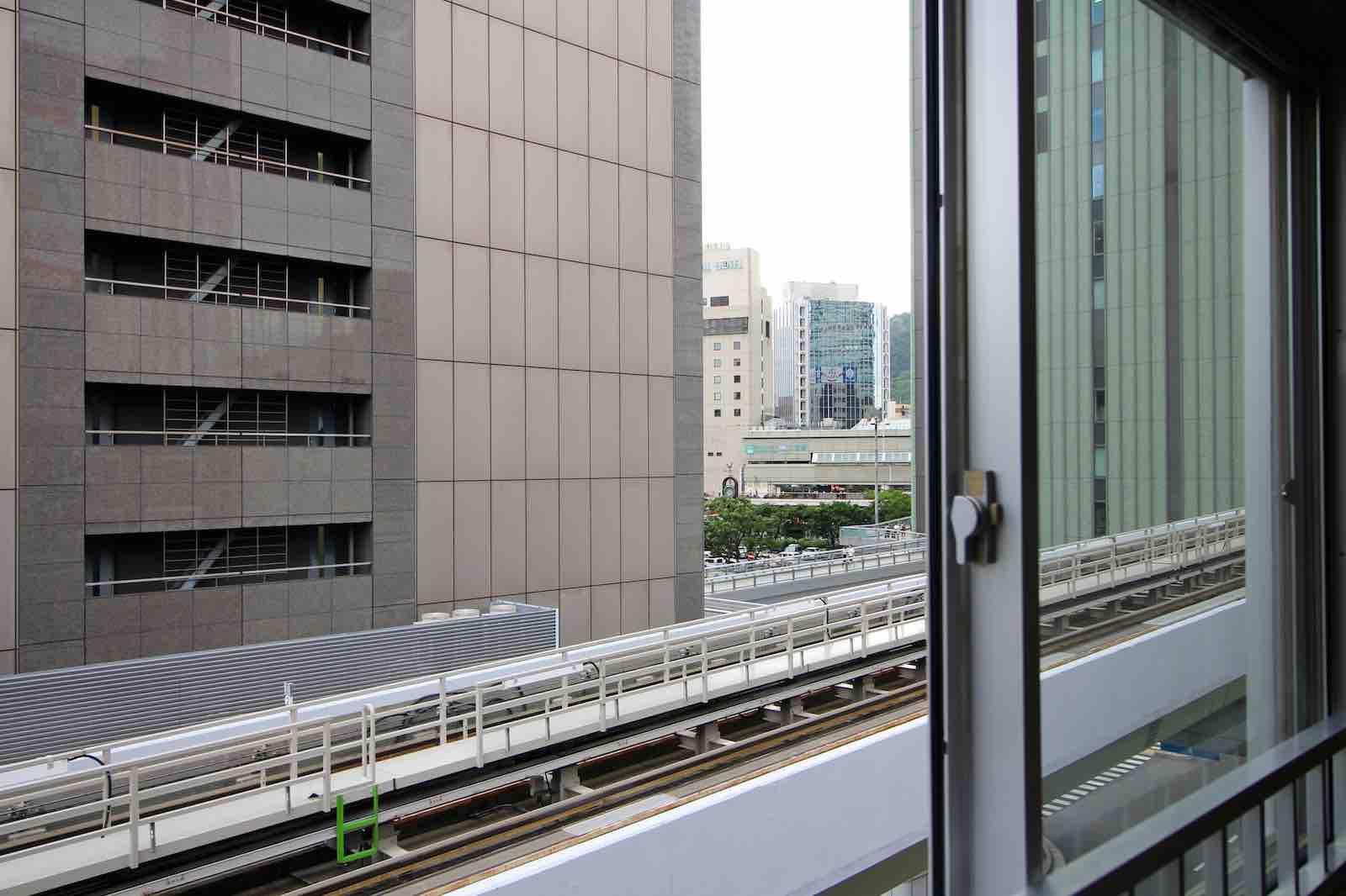 窓の外には、すぐ近くにポートライナーが走っていて三宮駅も見えます