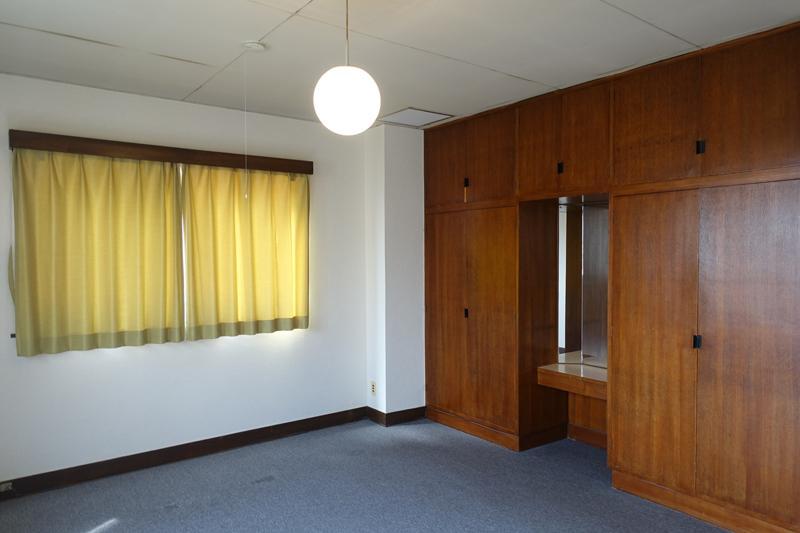 南側洋室、こちらにも作り付けの家具