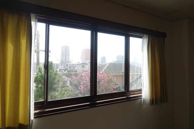 市街地の風景を望む窓