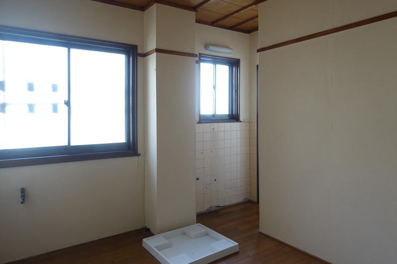 キッチン横の、家事室には洗濯機置場