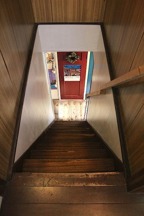 階段。木の質感に魅せられます。