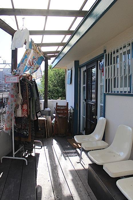1階店舗の商品も入口の風景となる