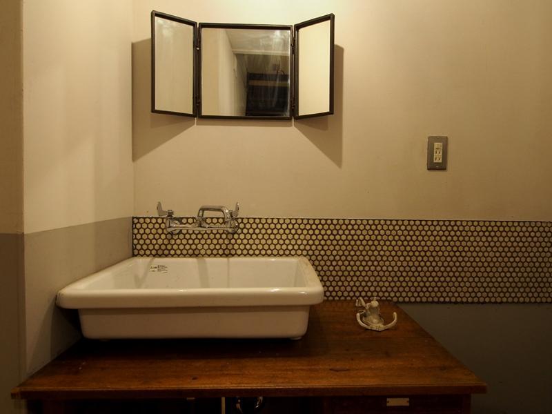 洗面器とアイアンミラー