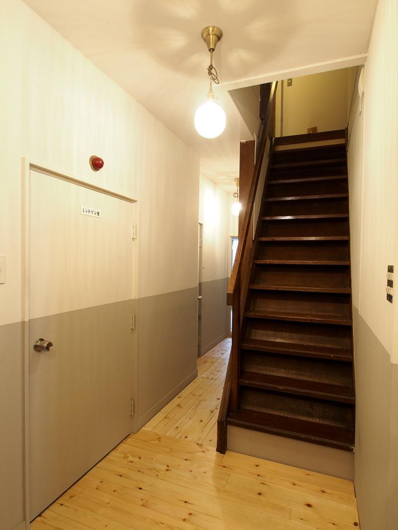 階段、ちょっと急な階段