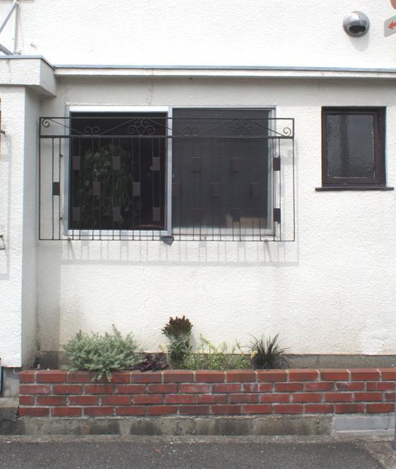 家の前のレンガと植栽