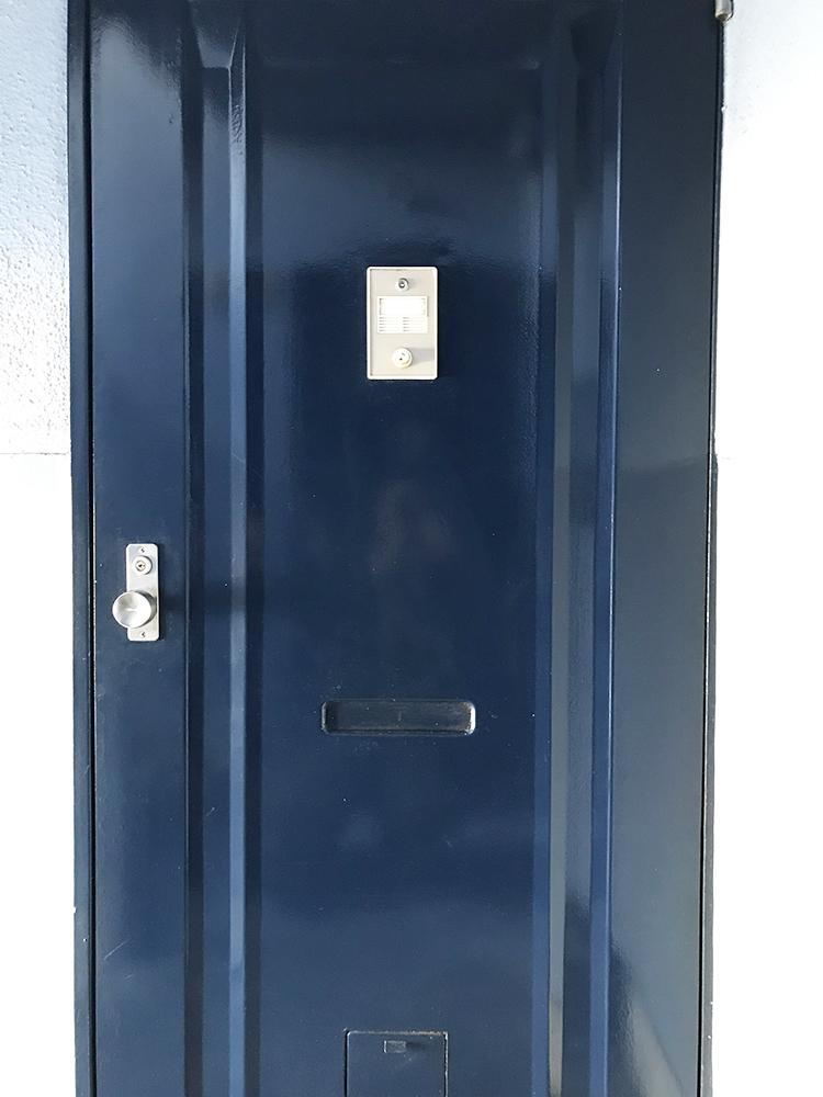 紺色がかわいい玄関扉