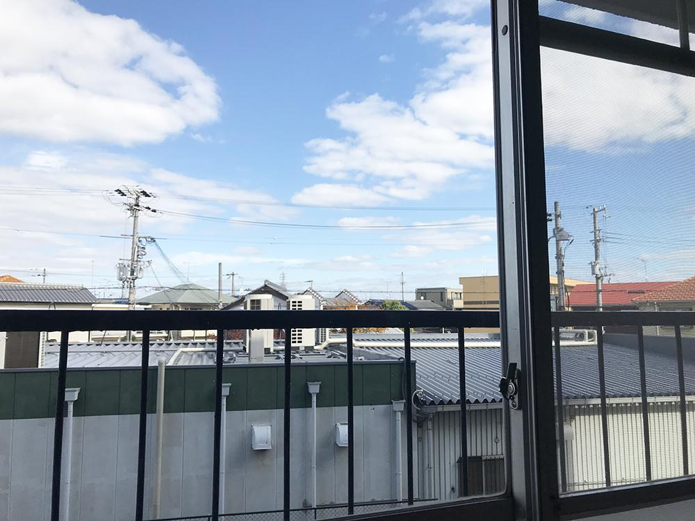 北側洋室からの借景。空が広くて気持ちいい。