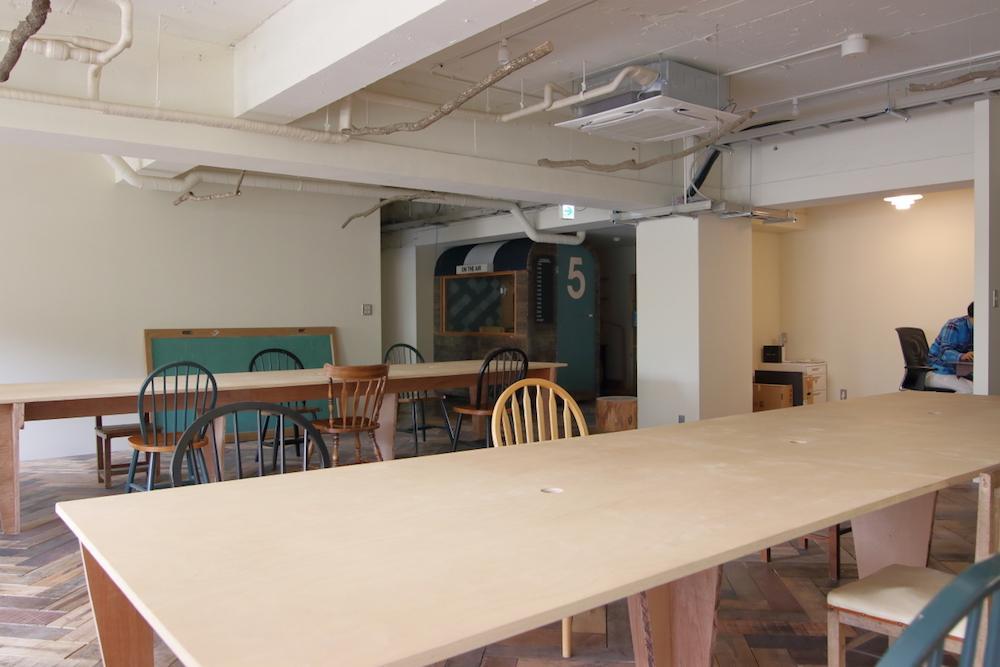 逆アングルより見たテーブル席。一人あたり約1.5メートルのスペースがあります。