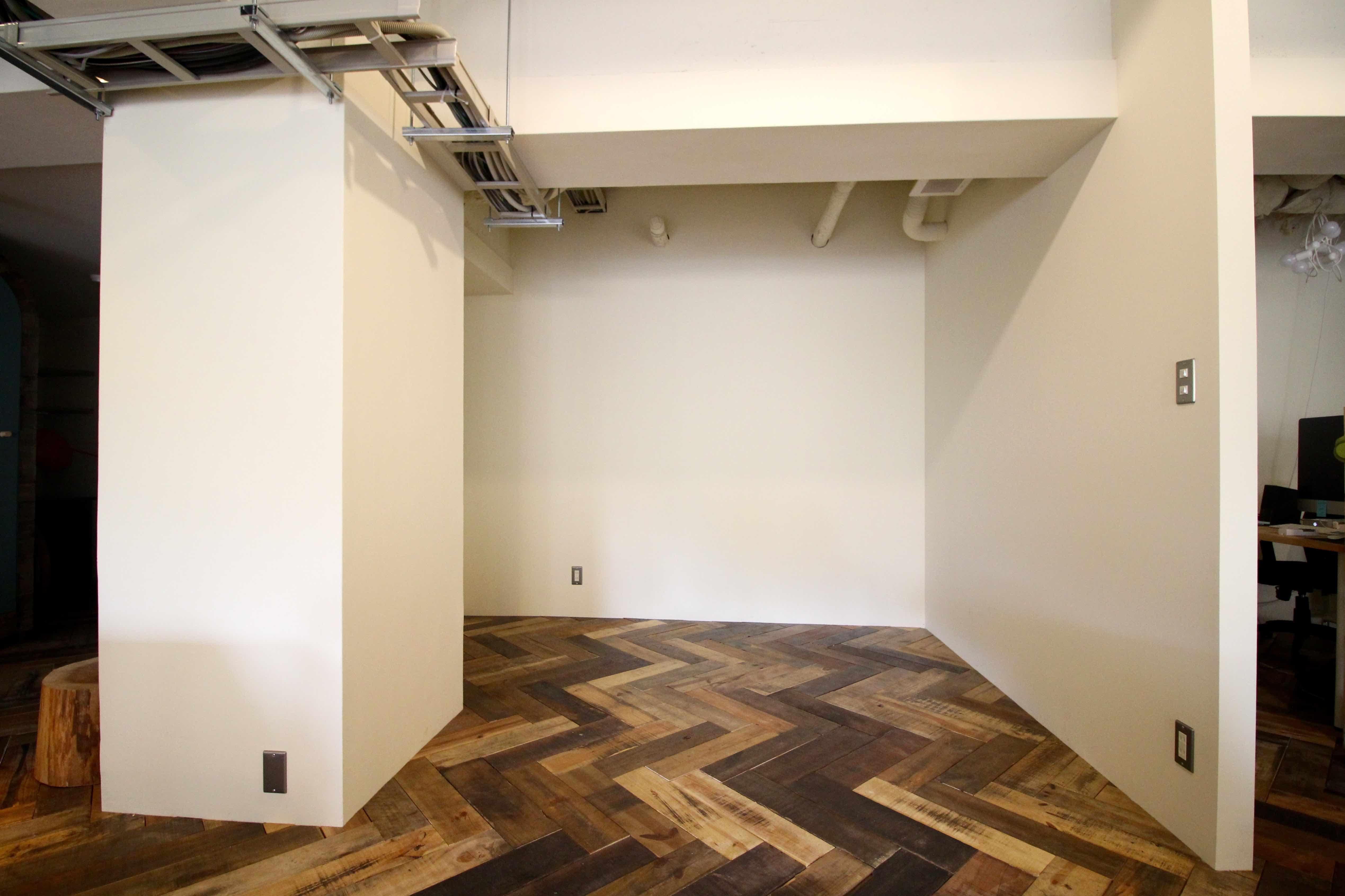 壁で仕切られた半個室の固定席
